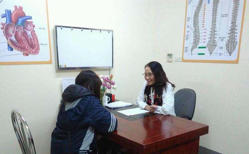 Bác sĩ Lê Phương trực tiếp khám và tư vấn cho bệnh nhân