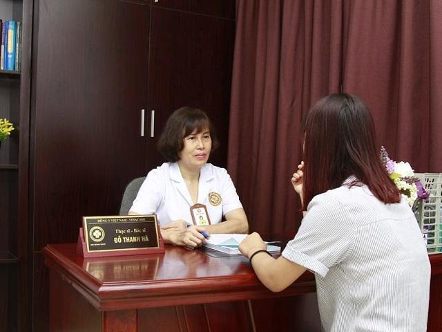Thạc sĩ, bác sĩ Đỗ Thanh Hàkhám và hướng dẫn bệnh nhân điều trị
