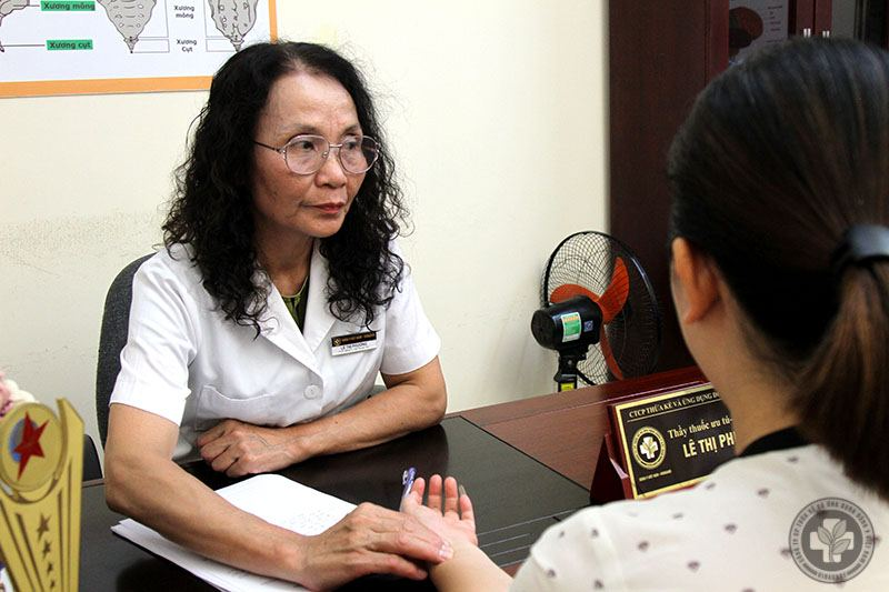 Bác sĩ Lê Phương bắt mạch, khám chữa cho bệnh nhân