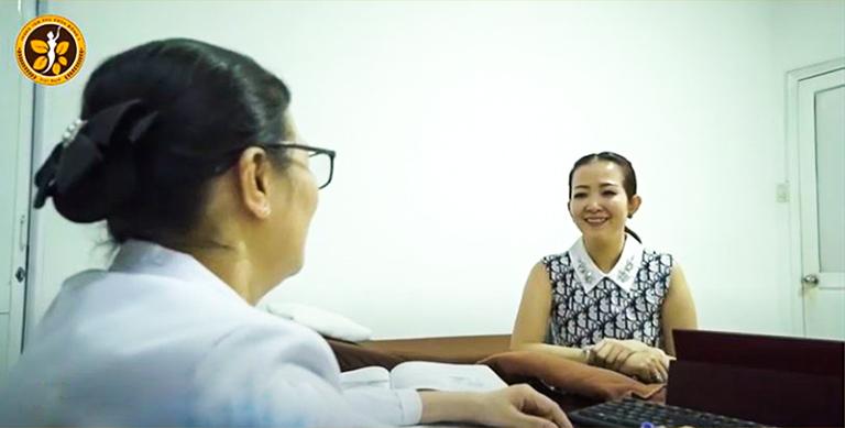 Bệnh nhân Ngọc Hiền được bác sĩ Thu Hằng khám bệnh, giải thích cặn kẽ
