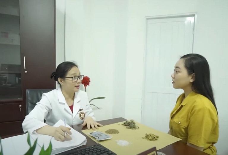 Minh Anh được bác sĩ Khương Thuy tư vấn và thăm khám kỹ càng