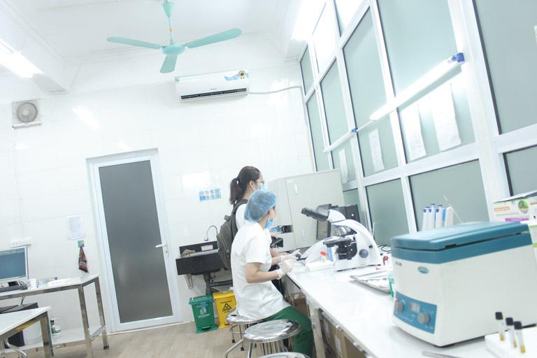 Máy móc hiện đại, thực hiện soi tươi dịch âm đạo, dịch cổ tử cung