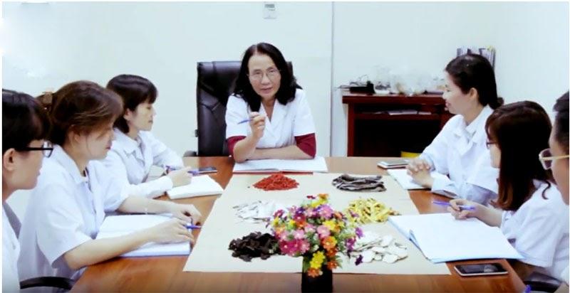 Bác sĩ Lê Phương và đội ngũ y bác sĩ tại Trung tâm Phụ Khoa Đông y cùng nghiên cứu thuốc