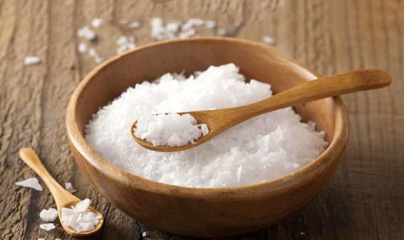 Nước muối ấm giúp sát khuẩn, giảm sưng tấy hiệu quả