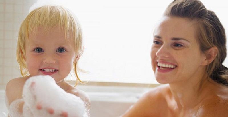Cha mẹ không rửa sạch tay trước khi tắm cho con có thể là nguyên nhân gây bệnh