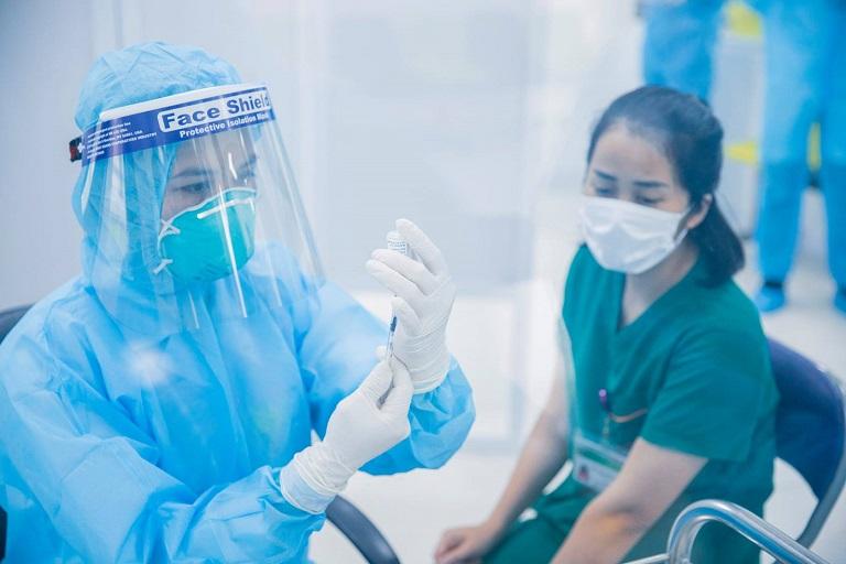Tiêm vắc xin COVID-19 cho nhân viên y tế.