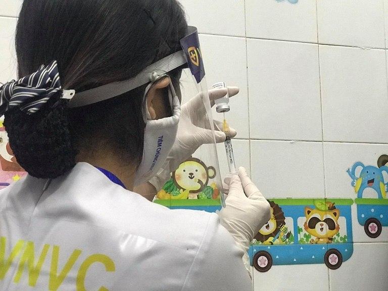 Cán bộ tiêm chủng chuẩn bị vaccine phòng COVID-19 của Astra Zeneca để tiêm chủng cho cán bộ y tế và người tham gia chống dịch COVID-19 tại Trung tâm y tế TP Hải Dương  Ảnh: Thái Bình
