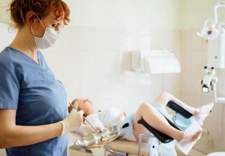 Khám tại các cơ sở y tế để được điều trị can thiệp ngoại khoa khi bệnh đã trở nên nghiêm trọng.