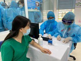 Khám, tư vấn cho người tiêm vắc xin COVID-19 trước khi tiêm.