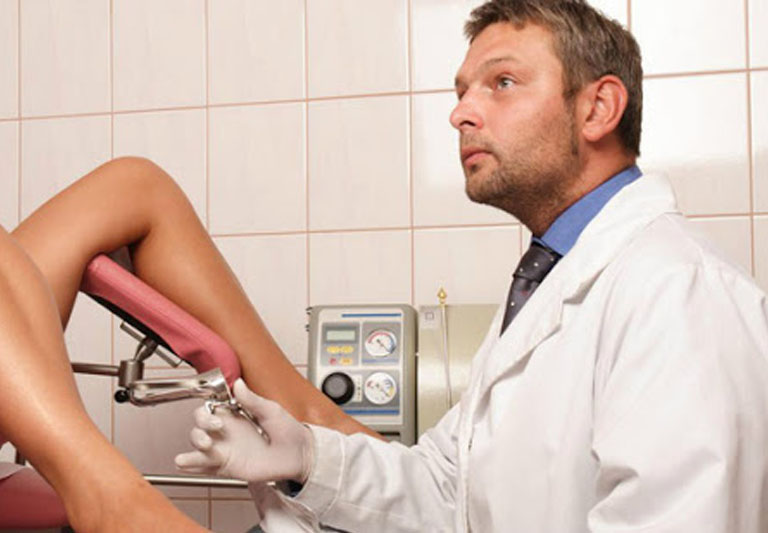 Can thiệp ngoại khoa xâm lấn khi viêm cổ tử cung mãn tính trở nên nghiêm trọng.