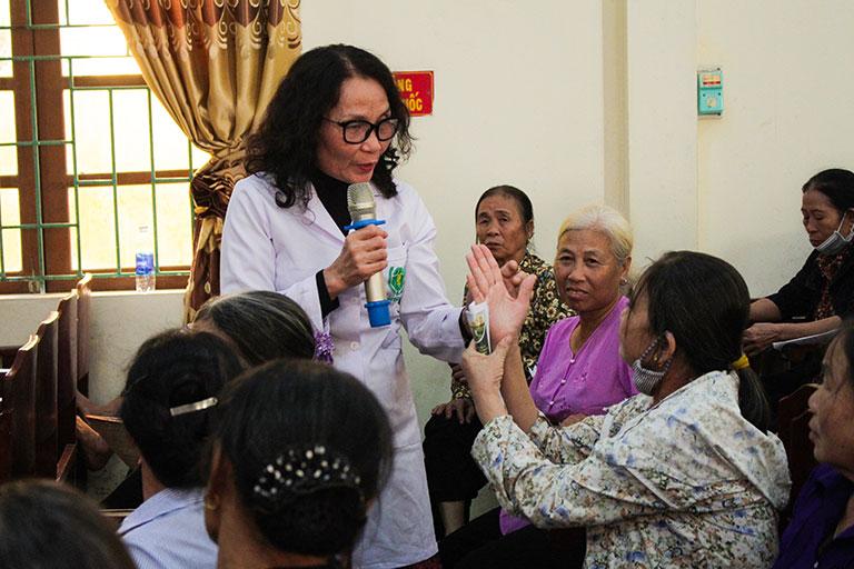Bác sĩ Lê Phương tư vấn, giải đáp trực tiếp cho phụ nữ xã Tây Sơn