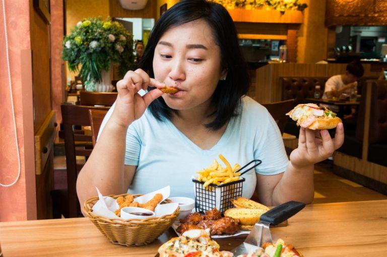 Tránh xa đồ ăn nhanh, giàu chất béo giúp giảm tình trạng đa nang