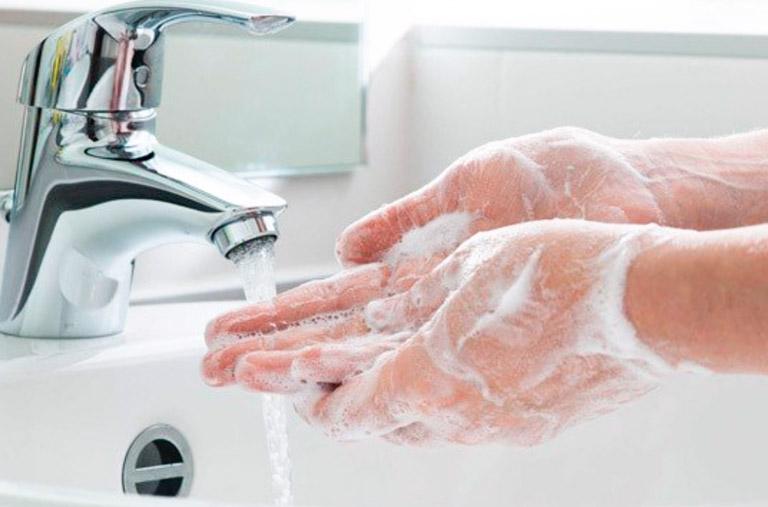 Rửa tay và sát khuẩn tay trước khi tiến hành đặt thuốc.