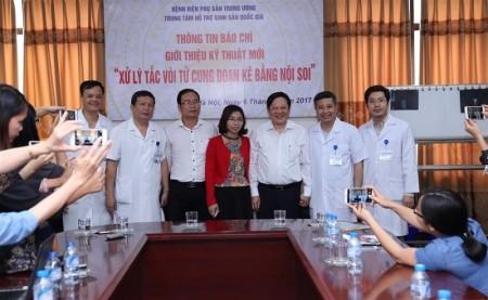 Các bác sĩ Bệnh viện phụ sản Trung ương chụp ảnh kỷ niệm với gia đình chị Loan