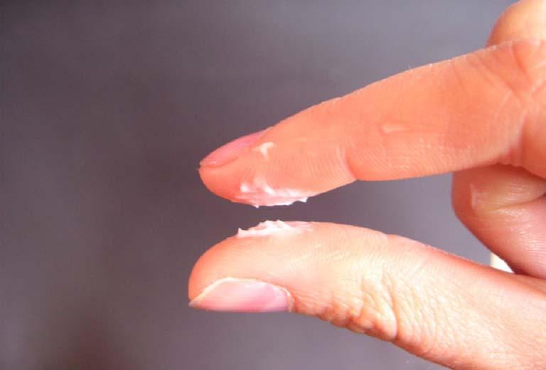 Sắp có kinh ra huyết trắng là một cơ chế tự nhiên của cơ thể