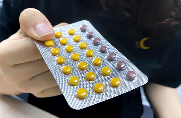 Tác dụng phụ của thuốc tránh thai có thể gây ra hiện tượng ra nhiều huyết trắng trước kỳ kinh