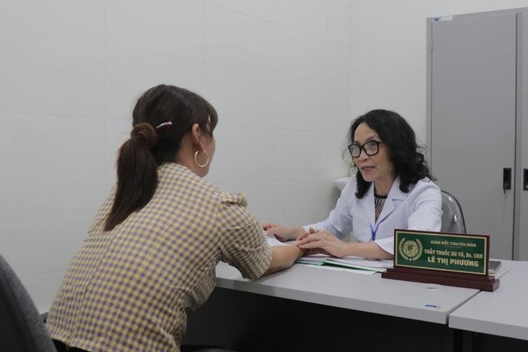 Bác sĩ Phương bắt mạch rất cẩn thận