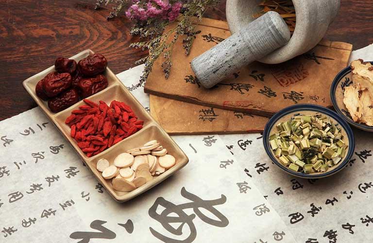 Chỉ sử dụng loại thảo dược tại các nhà thuốc cổ truyền uy tín, chất lượng