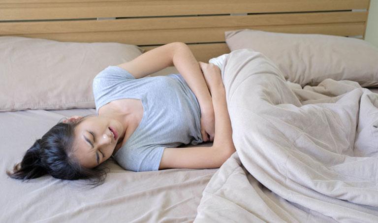 Cơn đau bụng kinh dữ dội là biểu hiện thường gặp của bệnh