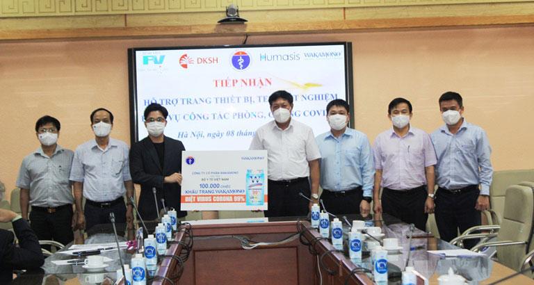 Thứ trưởng Bộ Y tế Đỗ Xuân Tuyên cùng đại diện lãnh đạo các Vụ, Cục, Văn phòng Bộ Y tế tiếp nhận hỗ trợ từ các đơn vị, doanh nghiệp