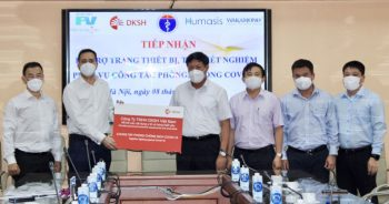 Thứ trưởng Bộ Y tế Đỗ Xuân Tuyên cùng Tổng Giám đốc Công ty TNHH DKSH Việt Nam Jorge Martin-Martinez và lãnh đạo các đơn vị của Bộ Y tế