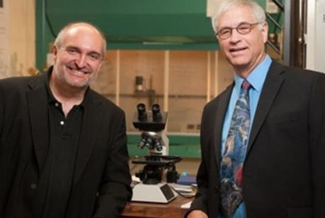 Giáo sư Stefan Bossmann (trái) và giáo sư Deryl Troyer rất hy vọng rằng xét nghiệm của họ có thể đẩy nhanh việc phát hiện sớm ung thư. Ảnh: Đại học Kansas.
