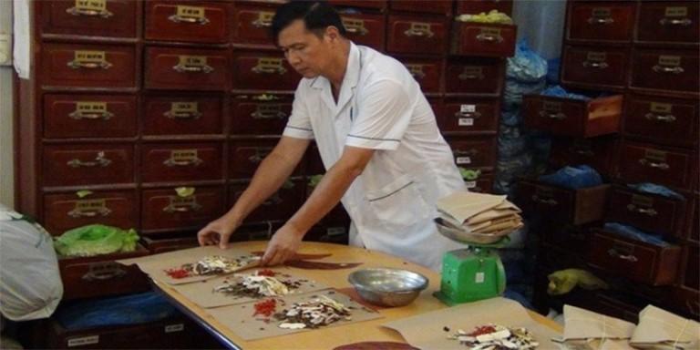 Lương y Nguyễn Hữu Toàn bốc thuốc cho người bệnh