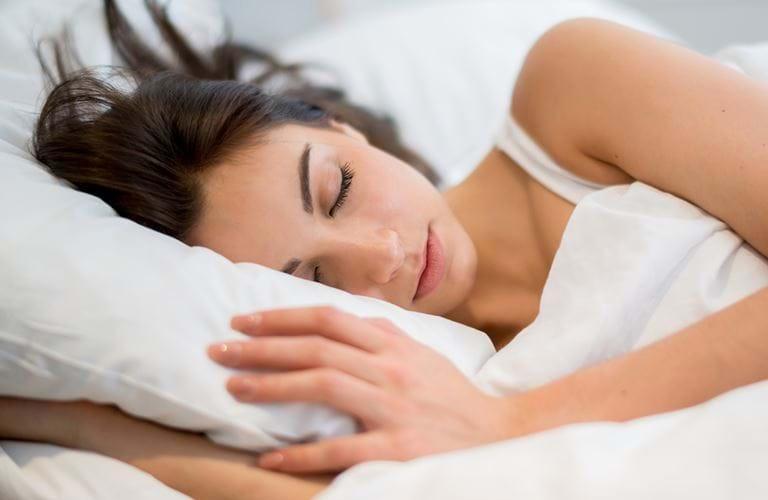 Nữ giới khi bị rong kinh nên nghỉ ngơi nhiều hơn.