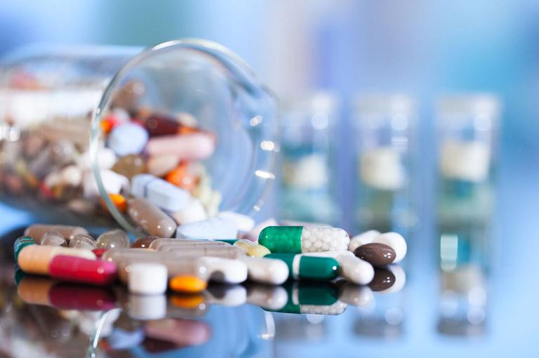Thuốc kháng sinh cũng có thể được sử dụng trong trị huyết trắng