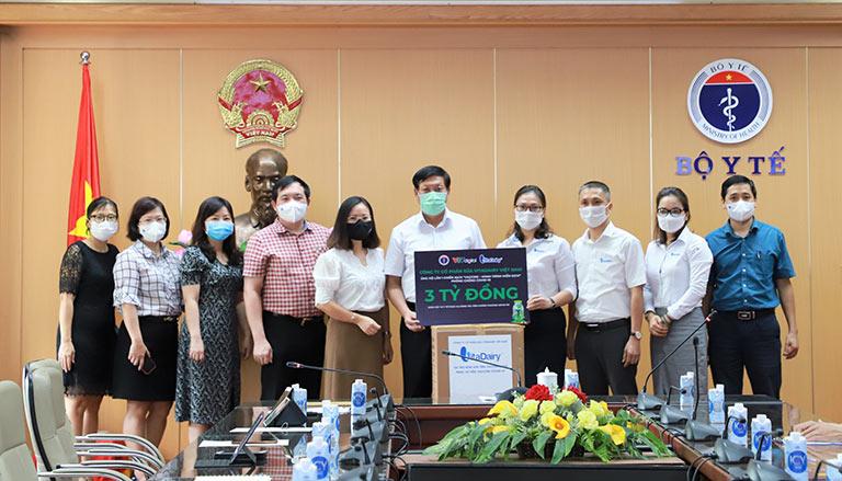 Đồng chí Đỗ Xuân Tuyên, Thứ trưởng Bộ Y tế cùng đại diện lãnh đạo các Vụ, Cục, Văn phòng Bộ Y tế tiếp nhận hỗ trợ từ các đơn vị, doanh nghiệp