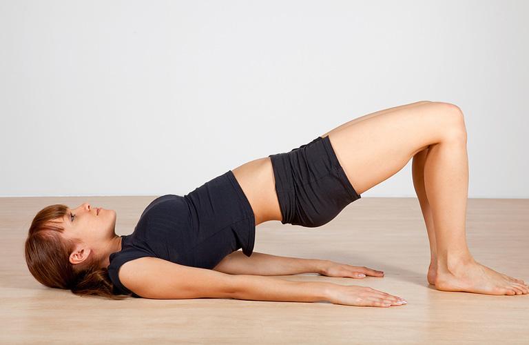 Bài tập yoga chữa lạc nội mạc tử cung với tư thế cây cầu