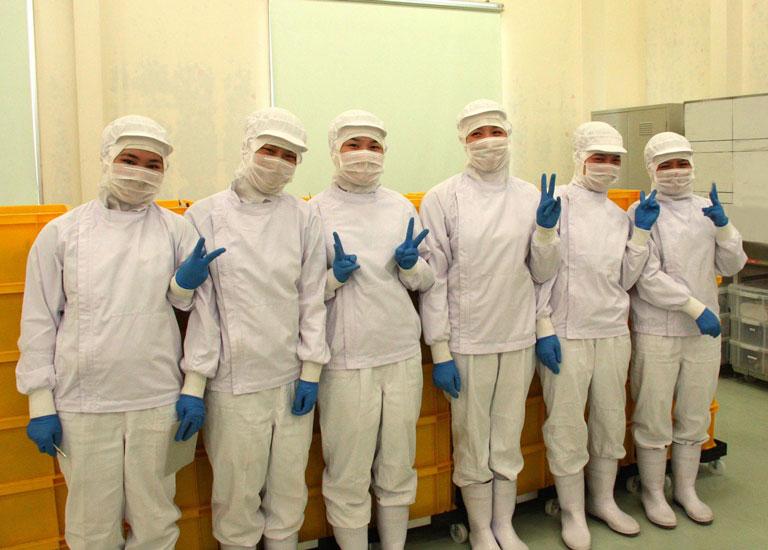 Để đảm bảo an toàn vệ sinh thực phẩm, chị Thủy cùng đồng nghiệp lúc nào cũng phải mặc bộ đồ kín mít