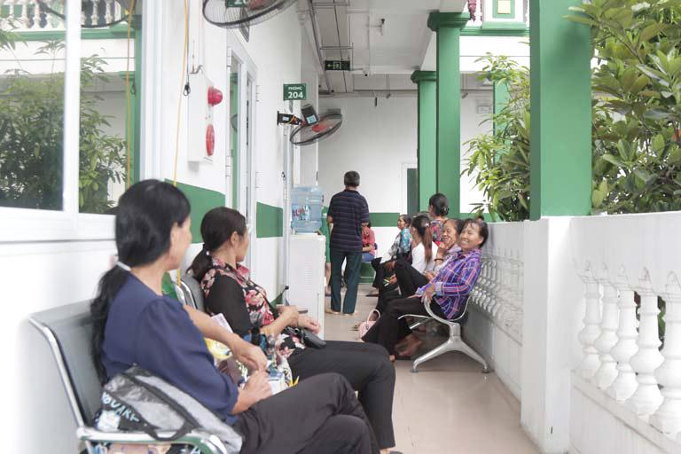 Khá đông bệnh nhân tới điều trị tại Trung tâm Phụ khoa Đông y