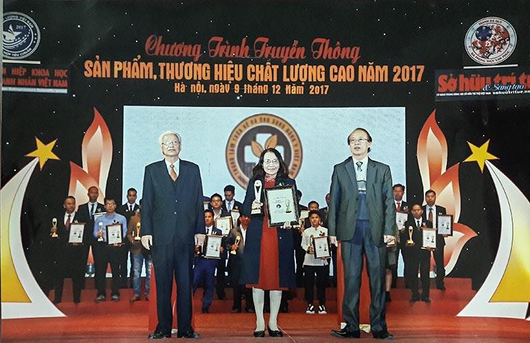 Thầy thuốc Ưu tú Lê Phương đại diện Trung tâm Phụ Khoa Đông y Việt Nam lên nhận cup vinh danh